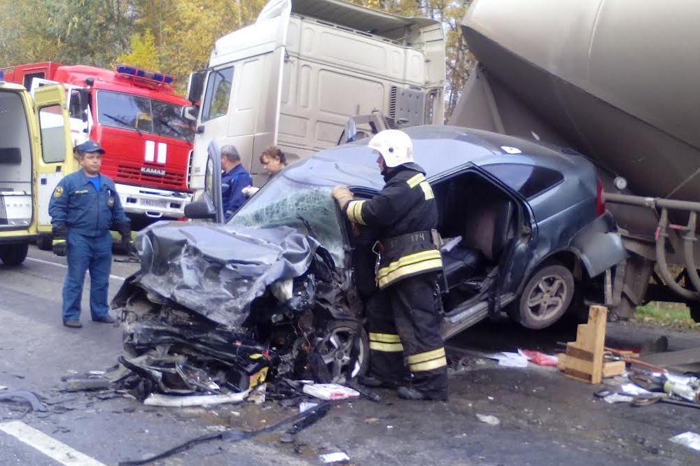 Две легковушки ицементовоз столкнулись вБогородском районе 5октября