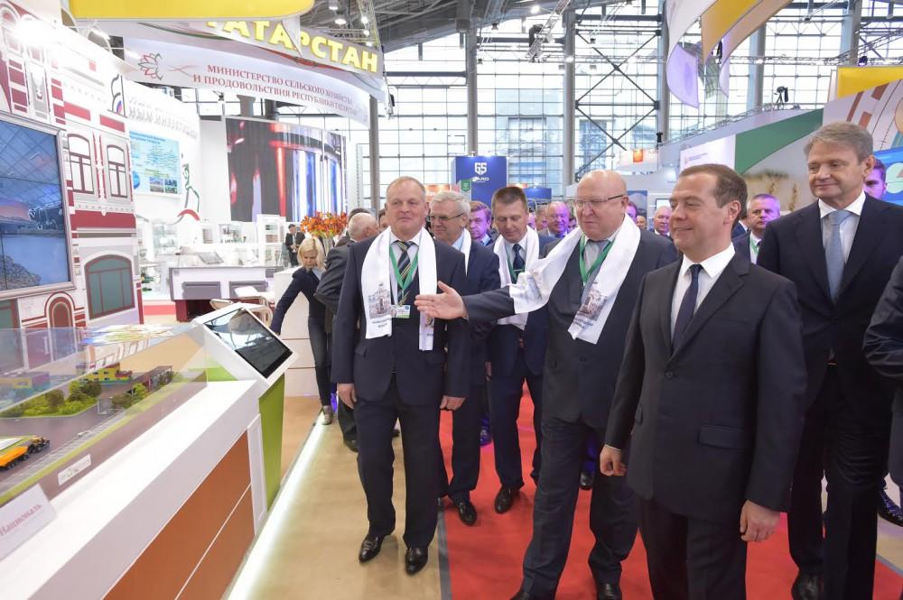 Д. Медведев осмотрел экспозицию нижегородских аграриев