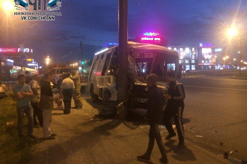 ВНижнем Новгороде маршрутка спассажирами влетела встолб
