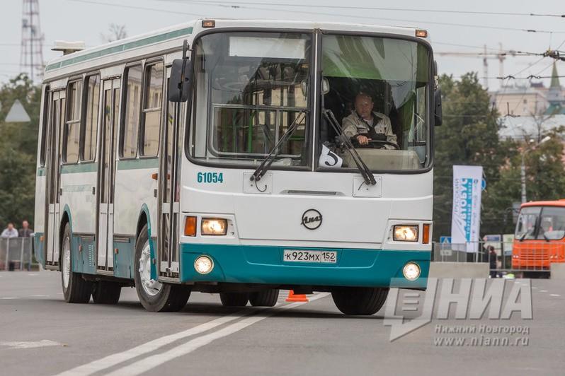 ВНижнем Новгороде два автомобиля врезались впассажирский автобус
