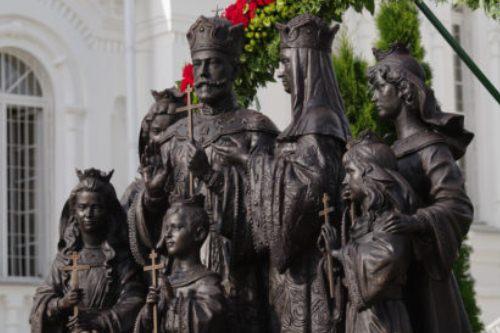 Монумент семье императора НиколаяII открыли вСвято-Троицком Серафимо-Дивеевском монастыре