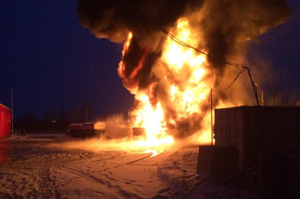 Более 100 человек тушили загоревшийся бензовоз в Кстовском районе Нижегородской области 29 ноября