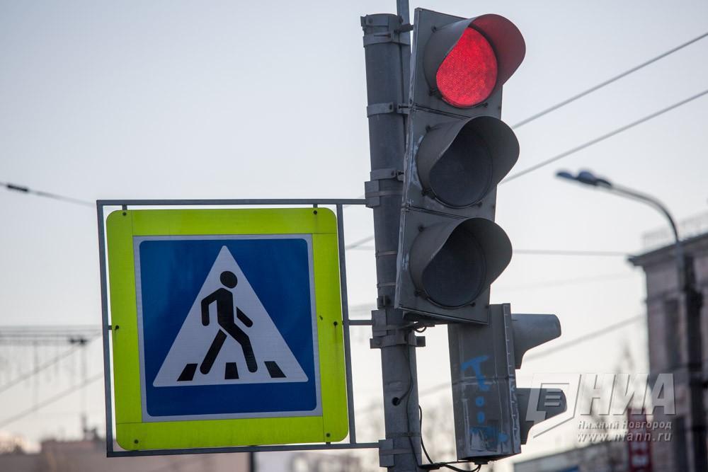 """Иномарка сбила двух переходивших дорогу """"на красный свет"""" пешеходов в Нижнем Новгороде"""