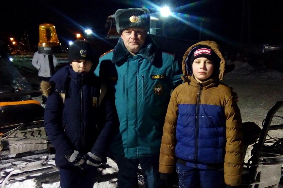 Двоих детей, которые переходя по реке оказались на льдине с водой, спасли сотрудники нижегородского ГУ МЧС