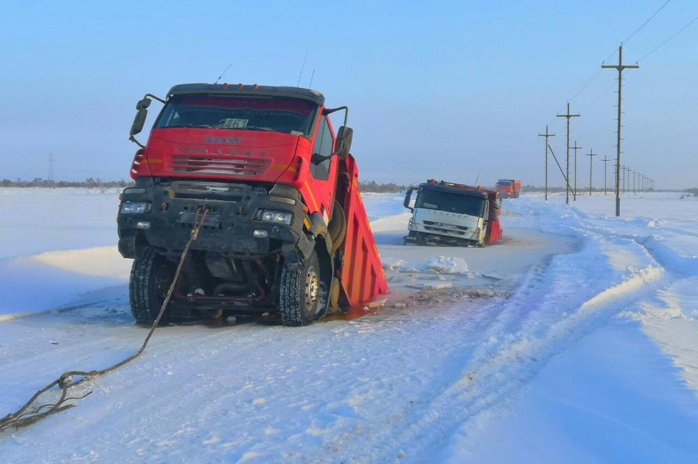 Четыре грузовика IVECO, предположительно из Нижнего Новгорода, провалились под лед в Югре