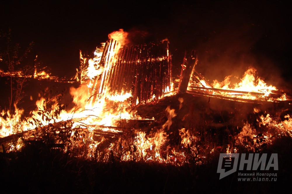 Здание сгорело в Нижегородской области после того, как в него ударила молния 14 мая