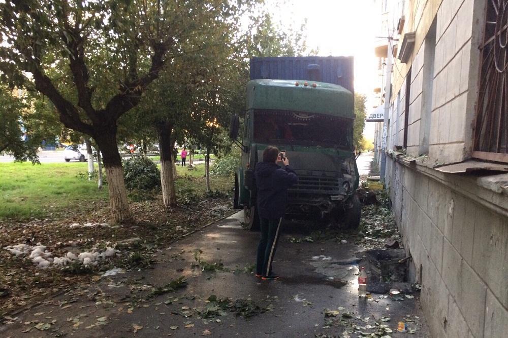 Водитель КАМАЗа врезался в жилой дом в Нижнем Новгороде
