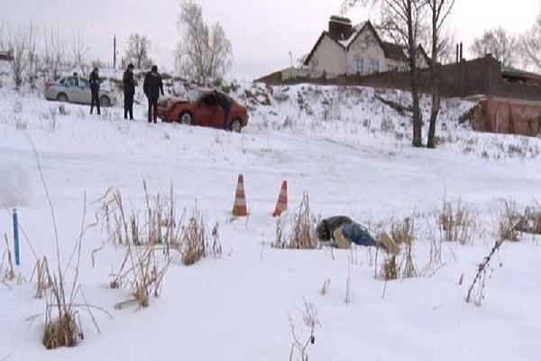 Тело мужчины обнаружено рядом с поврежденной машиной в кювете под Дзержинском