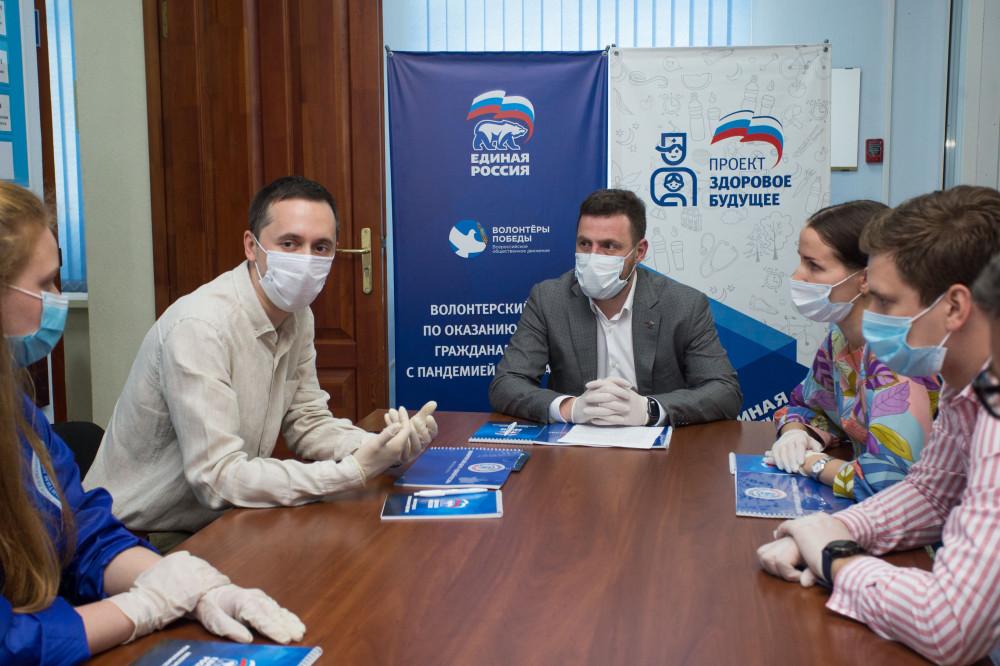 Замгубернатора Нижегородской области Давид Мелик-Гусейнов вместе с волонтерами поздравил медработников с профессиональным праздником