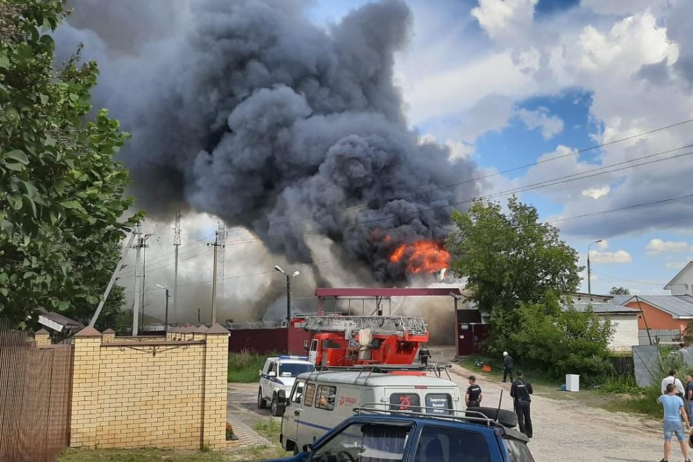 Роспотребнадзор рекомендует жителям Дзержинска остаться дома из-за пожара на складе химпродукции