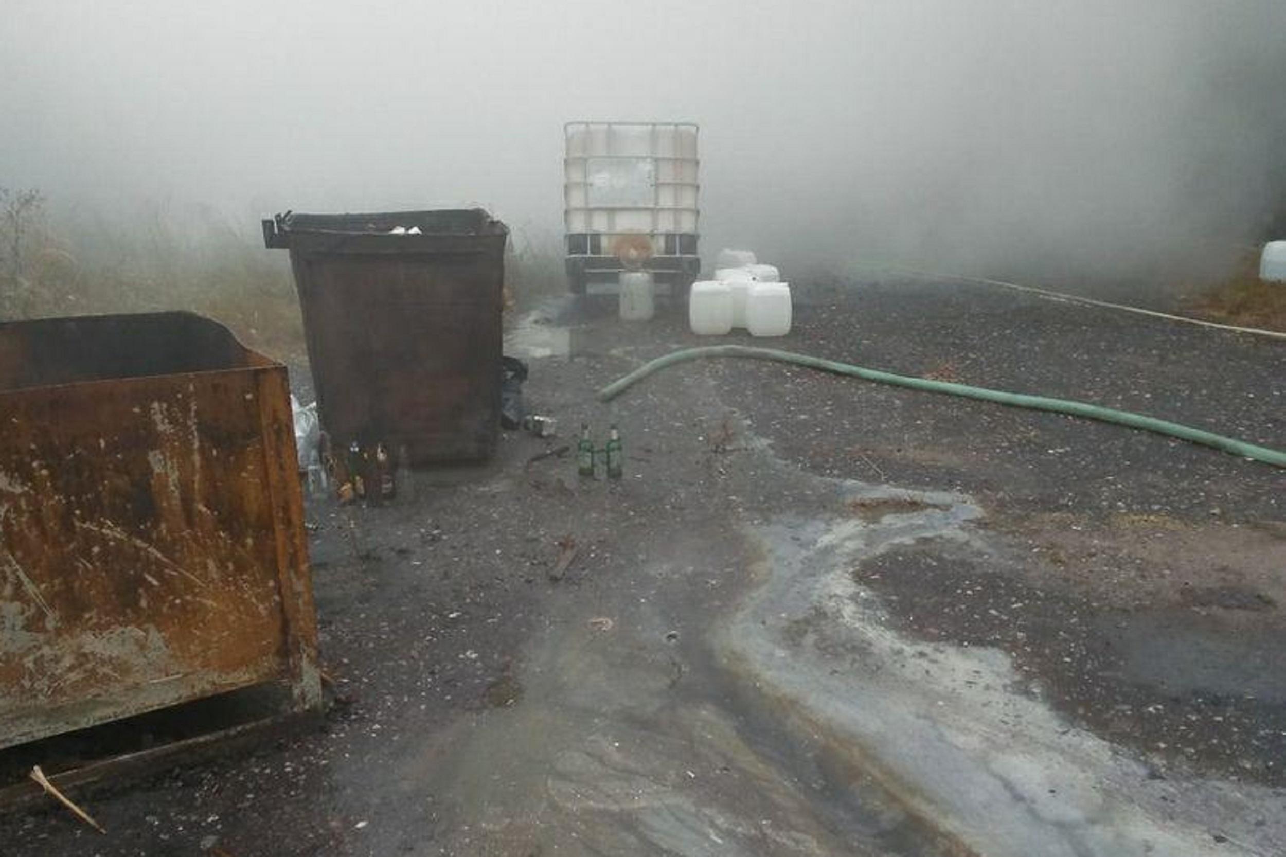 Разлившаяся неизвестная жидкость горит около одного из домов в Дзержинске (ВИДЕО)