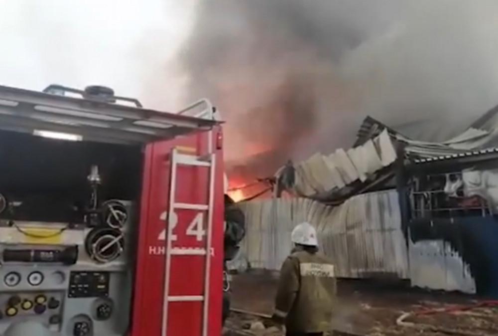 Нижегородцев просят объезжать улицы из-за пожара на складе в Сормовском районе (ВИДЕО)