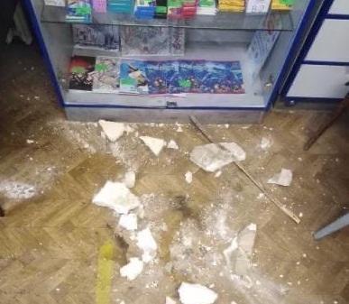 Штукатурка обвалилась в отделении почты на Бору
